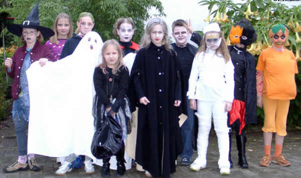 Kinder_feiern_halloween__2004
